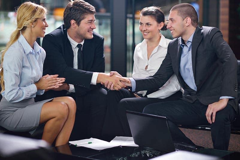 grupo de empreendedores conversando