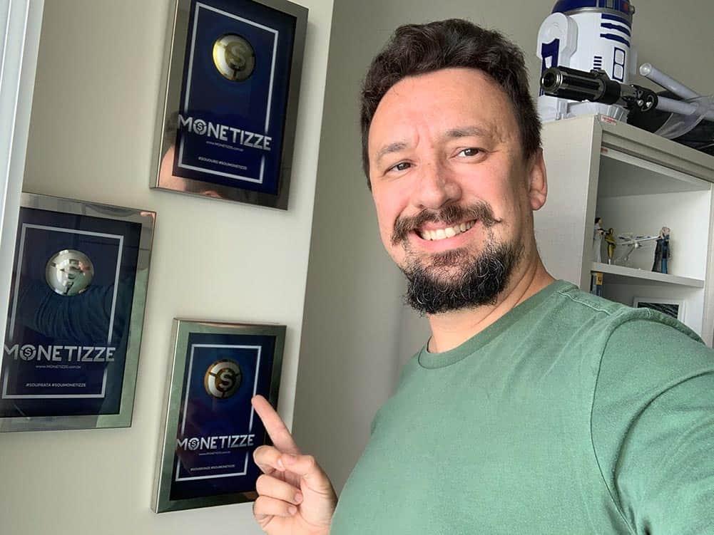 Leandro Mantelli apontando para prêmios da Monetizze