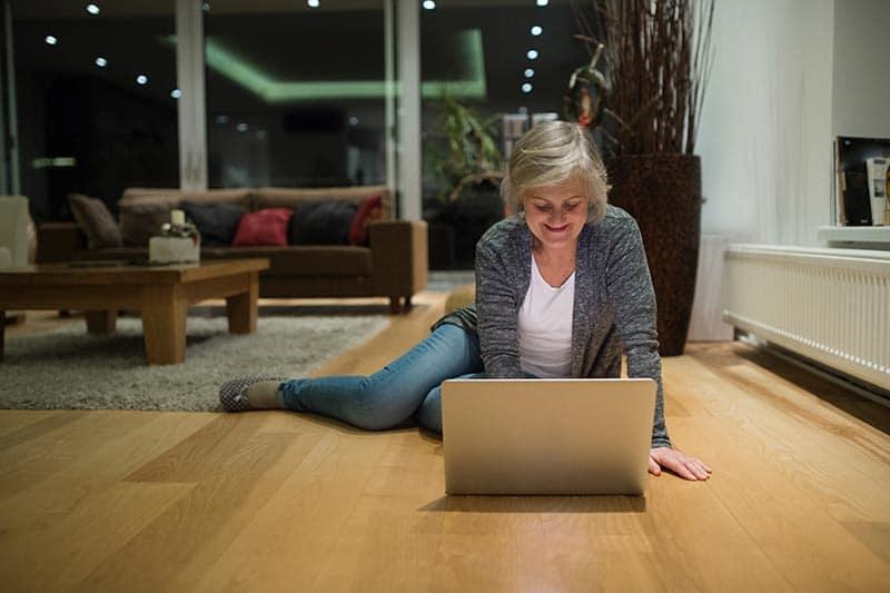 senhora trabalhando em casa no chão