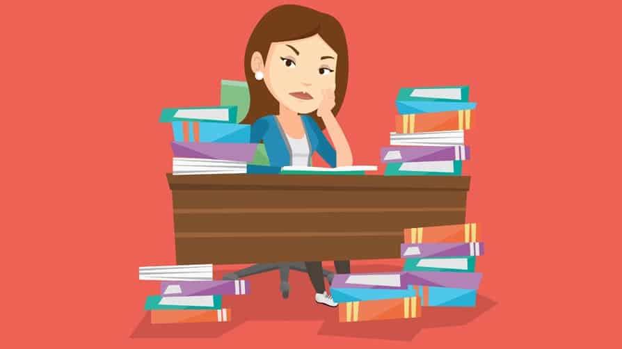 mesa com livros desorganizada